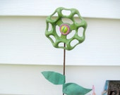 Garden Decor Stake Handpainted Valve Handle Flower with Antique Ceiling Tin Leaves Pot Stake Stick Green Pink Garden Decor Yard Art