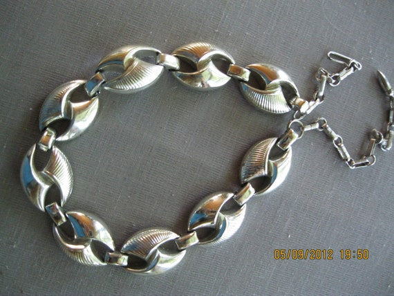 """Vintage Jewelry Silver Toned Metal Necklace  11"""" Long with metal chain closing"""
