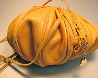 Vintage leather handbag, warm tan color, melon shape, zipper bag, inside pocket, leather shoulder straps