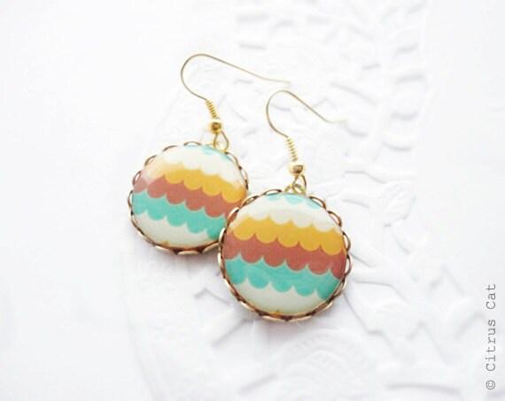 Retro waves earrings in golden color