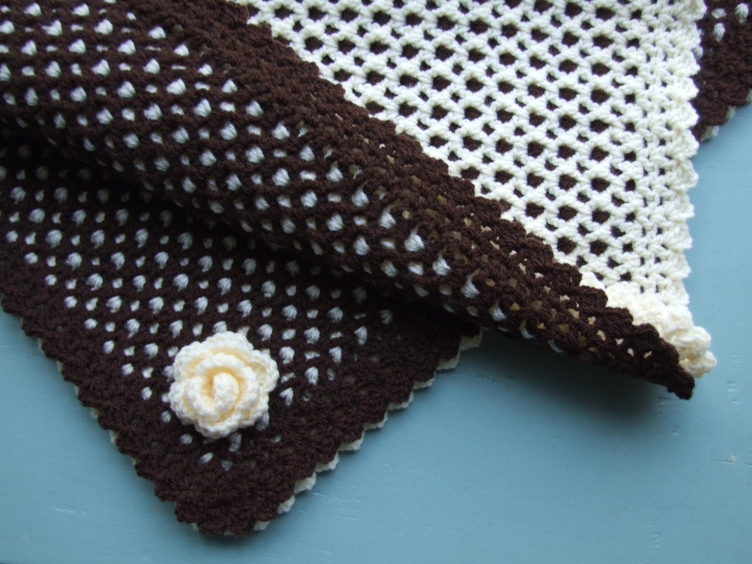 Crochet two colour reversible baby blanket flower trim zoom bankloansurffo Image collections