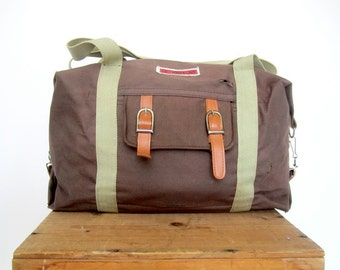 vintage duffel bag from 1980 Le Traveler Travel gym bag handheld over the shoulder strap light brown expandable