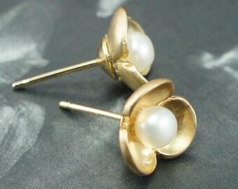 Small pearl stud earrings, gold flower earrings, simple bridesmaid earrings, bridal gifts, flower post earrings, white pearls