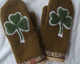Wool mittens with felted clover