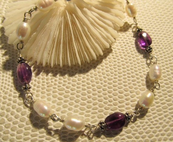 Luminous white pearl and amethyst oval bracelet