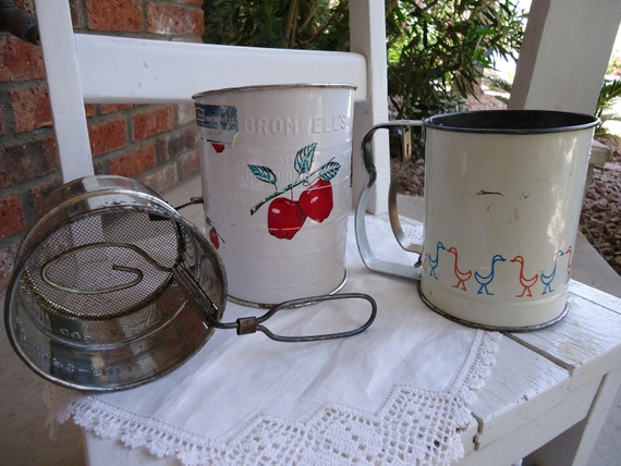 Retro Kitchen - Vintage Sifters - Lot of 3 sifters - Apples - Ducks - Bromwell - Androck