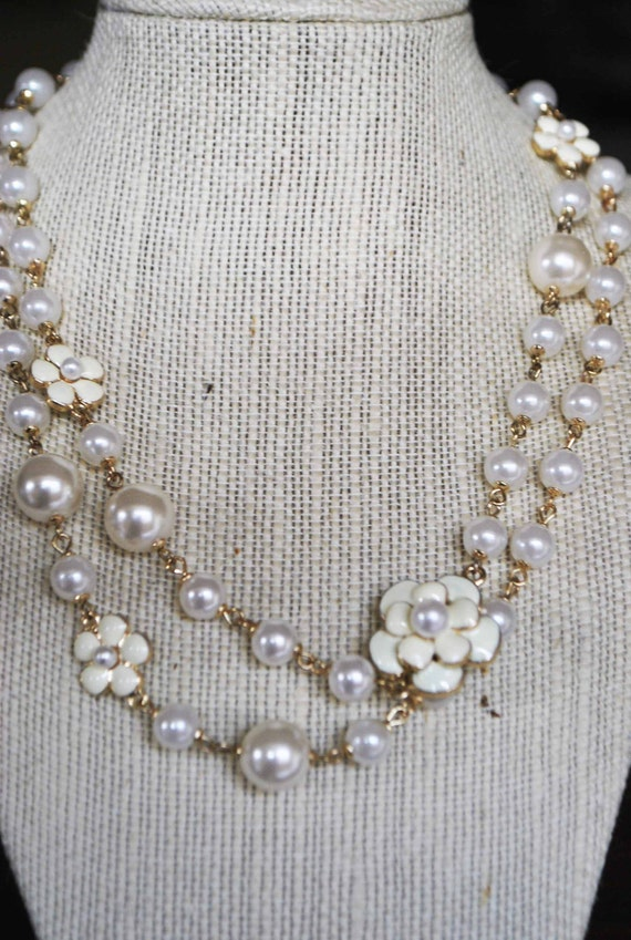 CHANEL LOOK FLOWER white pearl necklace.   last one