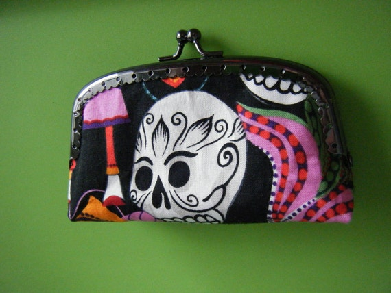 Kisslock coin purse.  Sugar Skulls / Day of the Dead with Pink lining.