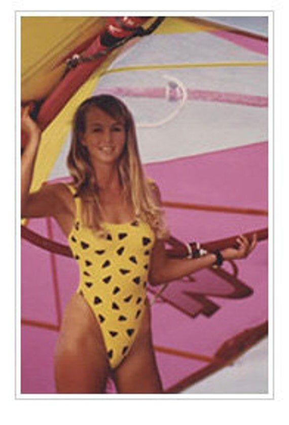 CHEVRON STRiPED SWiMSUiT iN BLACK AND WHiTE. 1980s ORiGiNAL KERRiTS.