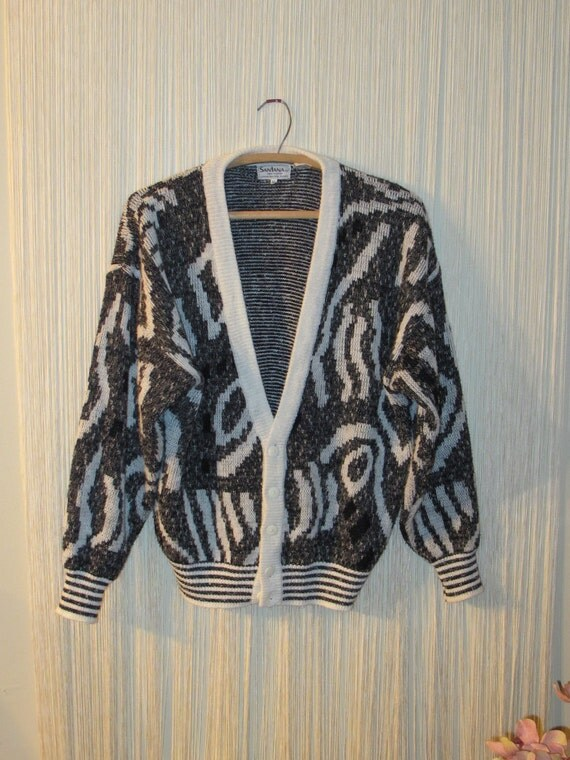 80s CHARCOAL GREy aNd WHiTE CARDiGAN. PETROGLYPH DESiGN. SiZE MEDiUM.
