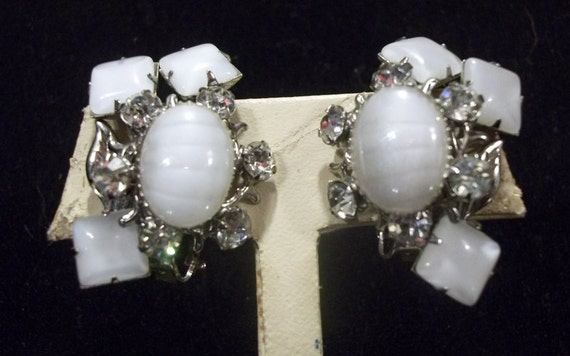 Beautiful Vintage White Glass Stone and Rhinestone Clip On Earrings   DD18