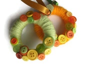Citrus Micro Wreath : cute, tiny yarn wreath with mixed buttons, lime green, yellow and orange, with hanging ribbon