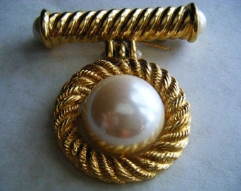 BROOCH  Pin Faux Pearl Goldtone Vintage