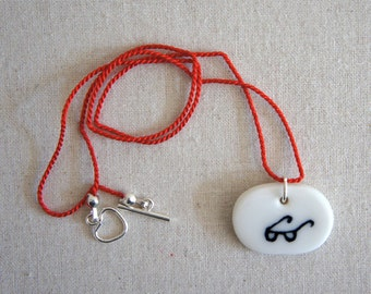 Specs: porcelain pendant necklace, oval-shaped, hand-modelled and hand-painted