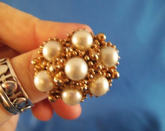 Large detailed gold and pearl ring (R4)