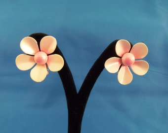 Vintage pink flower clip earrings. (C47)