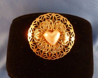 Vintage gold tone heart Brooch. (BP48)