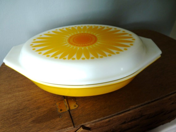 Pyrex Covered Casserole Daisy Baking Dish 1960's