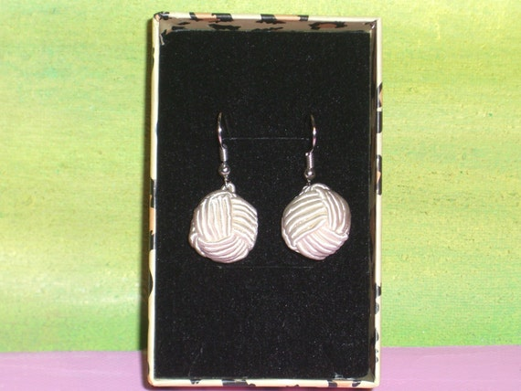 E 2 : A contemporary  earrings  .