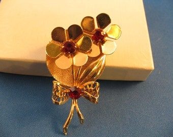 Gorgeous double flower gold pin with red stones