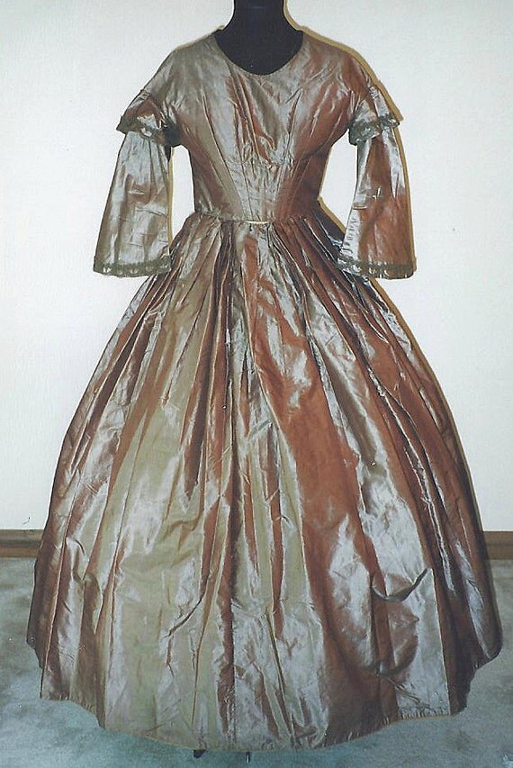 Original 1850s Lavender changable silk taffeta day dress