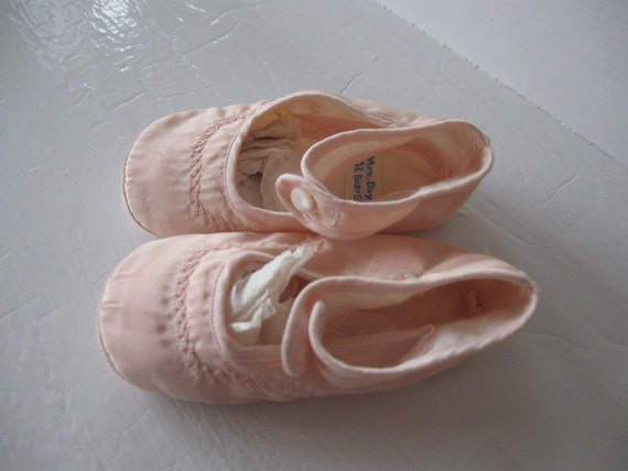 1940s baby booties / vintage pink baby shoes / NOS deadstock