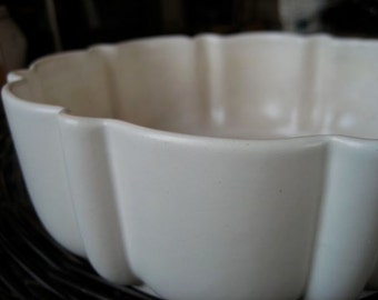 Vintage White Ceramic dish - scalloped edge, crackle finish - milk white - mid century (30s - 50s) - Fiesta, Shabby Chic