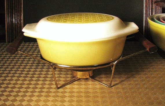 "Pyrex 'Wicker' or ""Weave"" Pattern 1 1/2 Quart Covered Casserole with Warming Stand - Promotional Item"