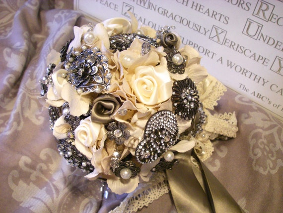 VICTORIA - Champagne / Ivory Lace Brooch Bridal Bouquet
