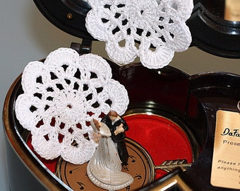 Floral motifs. Set of 10 crochet flower appliques. White colors.