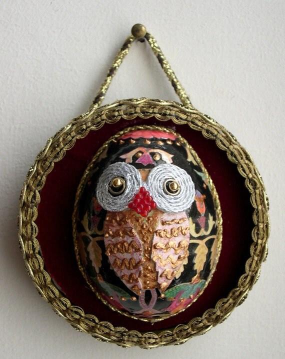 Egg-owl in frame - tablet in burgundy velvet