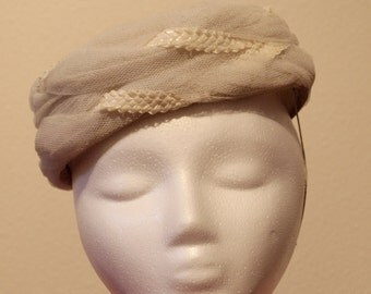 vintage 1950s ivory straw and tulle hat