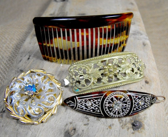 Lovely vintage accesories lot. Two hair clips, one comb and a nice brooch