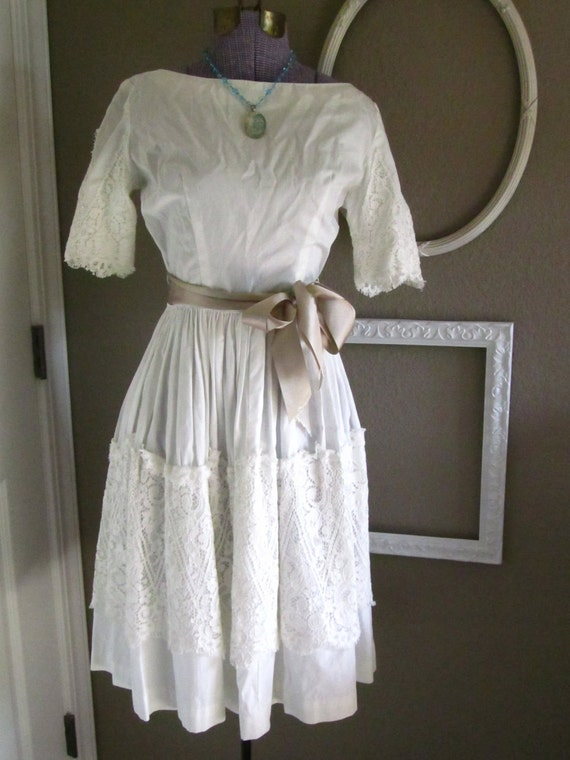 White 1960s 60s Cotton and Lace Short Sleeved Summer Dress Size Small Wedding-Party-Bridal Day Dress