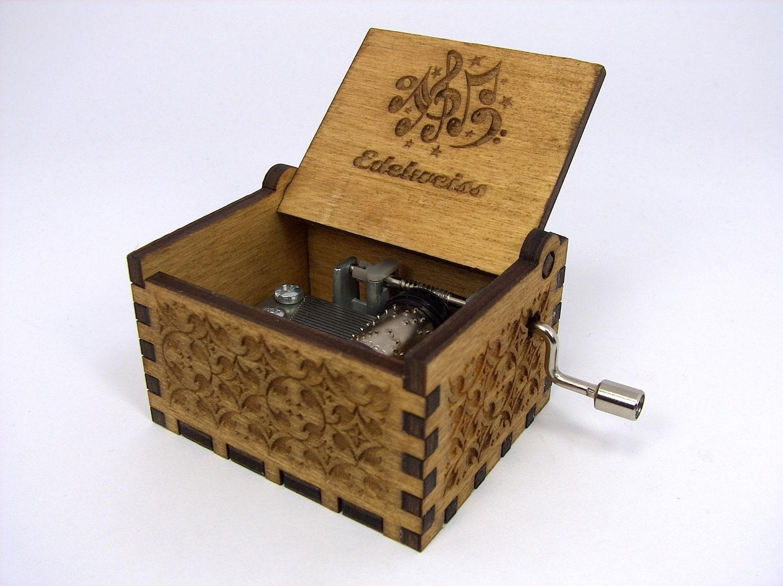 gravierten holzkiste musik edelwei sound of von inveniocrafts. Black Bedroom Furniture Sets. Home Design Ideas