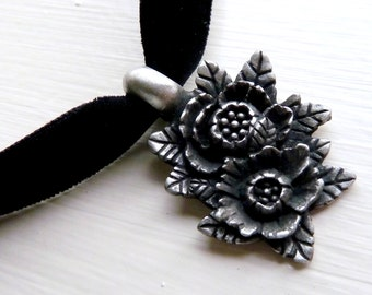 Pewter Metal Two Flowers Pendant w/ Velvet Necklace (Roses, Choker, Chocker, Jewelry, Goth, Gothic, Romance, Silver Tone, Floral)