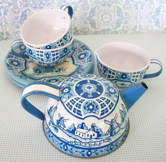 Vintage Wolverine Blue & White tin litho toy dishes set includes 2 cups tea pot creamer and 4 plates