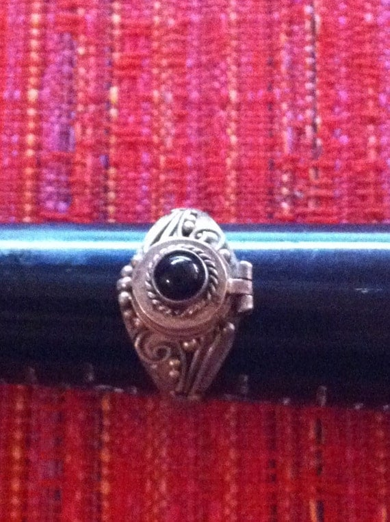 Round Onyx Cabochon Snap Clasp Poison Ring : Vintage Sterling Size 6 3/4