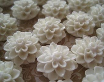 Resin Flower Cabochons / 6 pcs Off White Resin Dahlia Mum 15mm / Cabochon Flower / No Hole / Flat Back