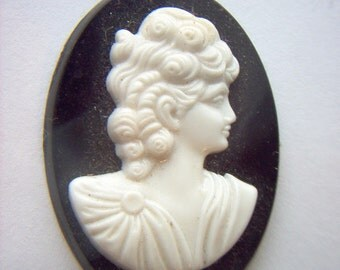Lg. Vintage Plastic Black and White Cameo Cameo.  #OO 3