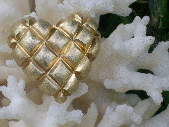 vintage 14k gold quilted heart pendant
