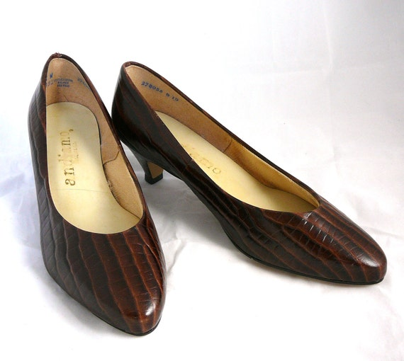 RESERVED until 12/16 - Sophisticated vintage brown textured leather heels in crocodile print - made in USA 9.5 W B shoes