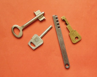 Vintage keys, set of 4 Old Keys for Jewelry Making, Altered Art, Collage from USSR
