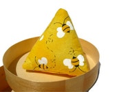 Catnip toy cat pyramid toy - yellow bees cat toy - pyramid cat toy