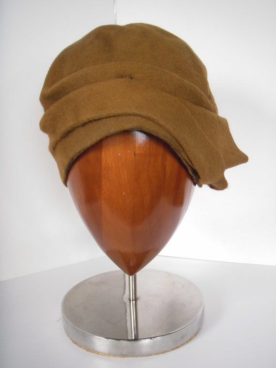 RESERVED - CHIC 1920s Cloche in Camel/Copper Brown Wool Felt