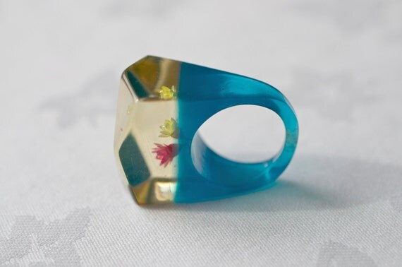 Lucite Floral Ring Saphire Blue Base and Clear Top 60s Vintage