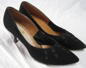 Vintage 1950s BLACK SUEDE HEELS Stiletto Heel Pointed Toe Unique Ribbon Detail Sz 8