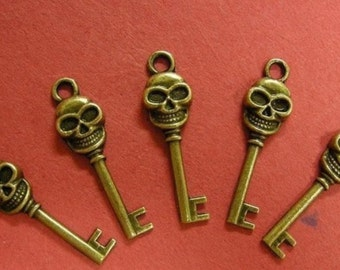 sale-6pc antique bronze plated metal skull key charm-1690