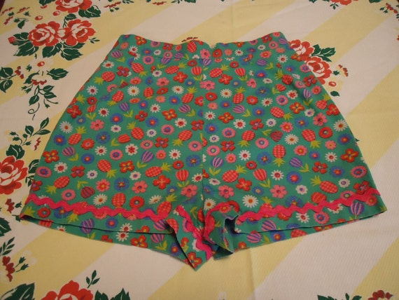 Vintage 1960s High Waisted Shorts w Floral Print