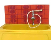 Vintage 1970's 1/16th Lundby dollshouse mustard and red bath unit